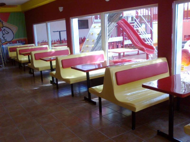 Mesas y sillas para pollo feliz productos planeta kids for Mesas para restaurante